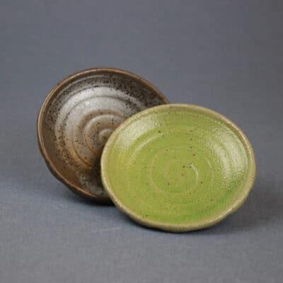 Litet fat brunt och grönt